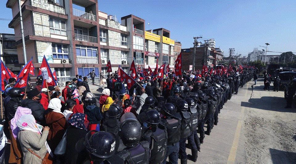 'राजा आऊ, देश बचाऊ'को नारा काठमाडौंमा गुञ्जियो