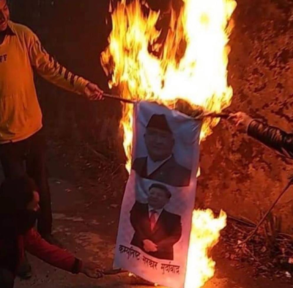 संसद विघटनको विरोधमा दार्चुलामा प्रधानमन्त्री ओली र चिनियाँ राष्ट्रपतिको पुत्ला दहन