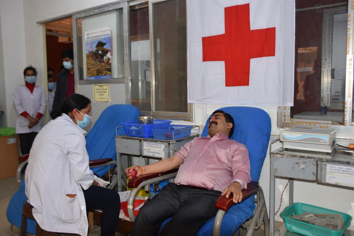 प्रदेश २ प्रमुख राजेश झा अहिराजले  ३२ औं पटक गरे रक्तदान