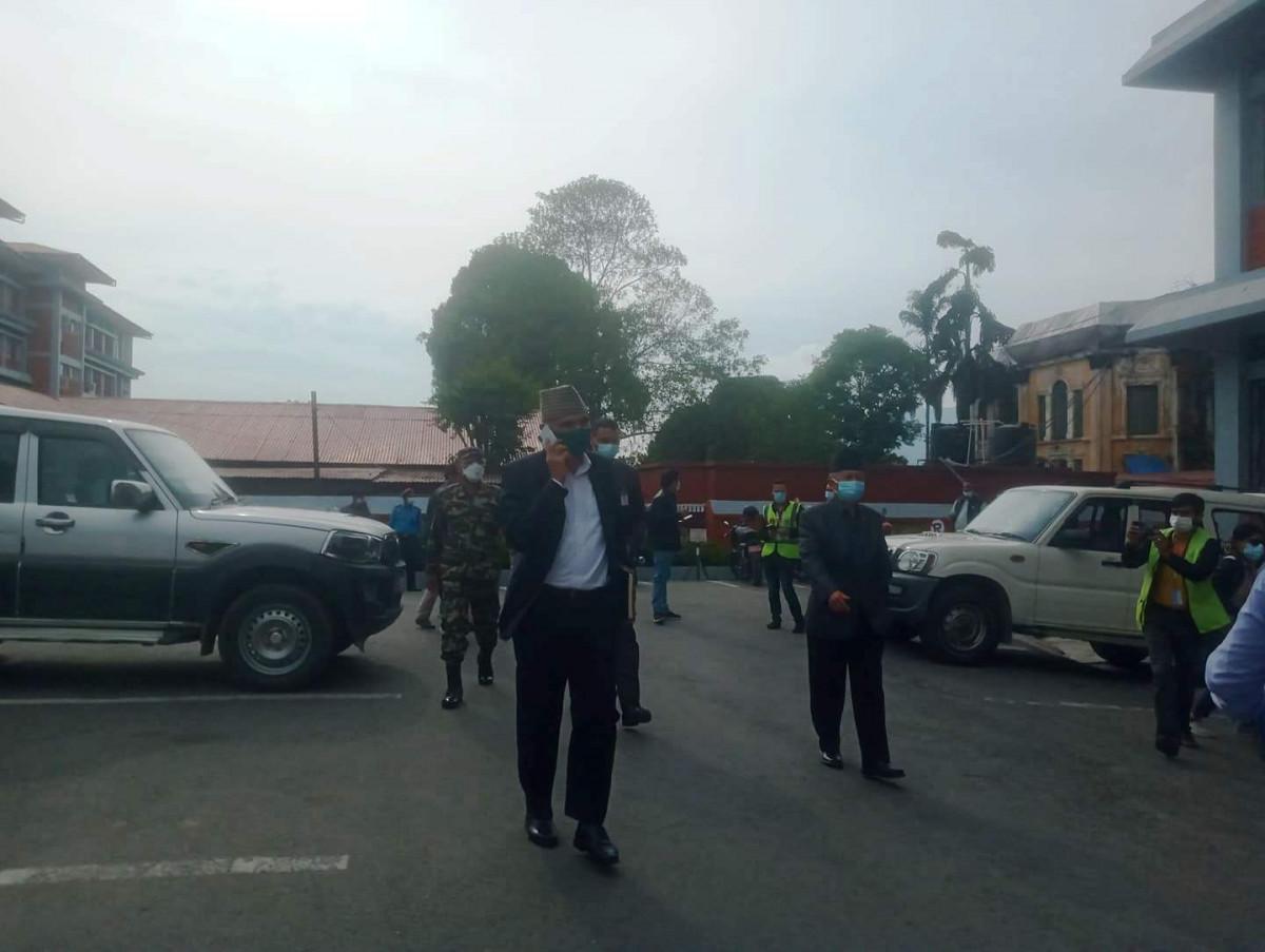 पार्टी फुट्न नदिन प्रधानमन्त्री ओलीको अन्तिम प्रयास, माधवलाई रोक्न खटाए दूत