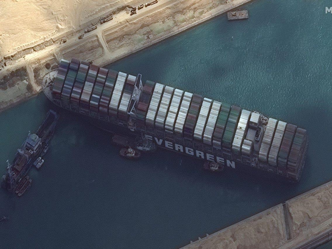 जहाज अड्किएको सुएज नहर विस्तार गर्दै इजिप्ट