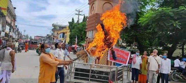 हिन्दु धर्ममाथि प्रहारपछि बाबुराम भट्टराईविरुद्ध कानुनी कारबाही, पुत्लासमेत जलाइयो !